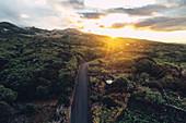 Sttraße bei Sonnenuntergang im Hinterland der Insel Pico, Azoren, Portugal