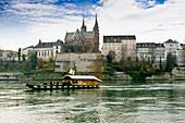 Blick über den Rhein auf das Basler Münster, Basel, Schweiz