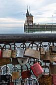 Blick auf den Leuchtturm Südmole mit Liebesschlössern im Vordergrund, Hafen von Konstanz, Baden-Württemberg, Deutschland
