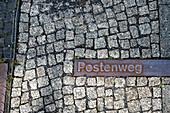 In das Kopfsteinpflaster eingelassene Erinnerungsstreifen an den Postenweg entlang der Berliner Mauer, Bernauer Straße, Berlin, Deutschland