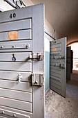 Flur mit offenen Gefängniszellentüren, ehemaliges Amtsgerichtsgefängnis in Berlin Köpenick, Deutschland