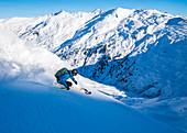 Skifahrer vor Bergpanorama in Hochfügen, Tirol, Zillertal