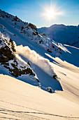 Extremskifahrer vor Bergpanorama in Hochfügen, Tirol, Zillertal
