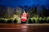 Großer Weihnachtsmann als Dekoration bei einem Christbaumverkauf, München, Bayern, Deutschland