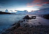 Sonnenuntergang in der Bucht von Spiaggia Cala del Faro, Capo Ferro, Arzachena, Provinz Olbia-Tempio, Sardinien, Italien, Europa