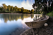 Old fishing boat on the banks of the Oglio, Drizzona, Cremona Province, Italy, Europe
