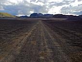 Schwarze Schotterpiste durch das Fjallabak Naturschutzgebiet, Südisland, Island, Europa