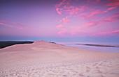 Die Dune de Pilat bei Sonnenaufgang mit Blick auf den Banc d'Arguin, Aquitanien, Frankreich