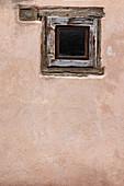 Fenster in Fachwerkhaus in Eguisheim im Elsass, Frankreich, Europa