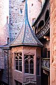 Blick auf den Treppenturm im Innenhof von Hochkönigsburg, Orschwiller, Elsass, Frankreich, Europa