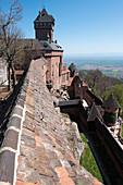 Blick entlang der Burgmauer von Hochkönigsburg in die Rheinebene, Orschwiller, Elsass, Frankreich, Europa