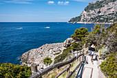 Frau auf dem Weg zur Badeanstalt Fonteliana auf Capri, Insel Capri, Golf von Neapel, Italien