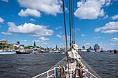Blick vom Wasser auf den Hamburger Hafen und die Elbphilharmonie, Hamburg, Norddeutschland, Deutschland
