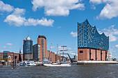 Blick vom Wasser auf die Elbphilharmonie und die Hafencity in Hamburg, Norddeutschland, Deutschland