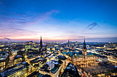 Panoramablick zur blauen Stunde auf Hamburg mit Rathaus und Elbphilharmonie, Hamburg, Norddeutschland, Deutschland