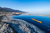 Ein Kajakfahrer im Uferbereich des Toten Meeres, Israel
