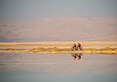 Zwei Mountainbiker unterwegs am Toten Meer, Abenteuerurlaub in Israel