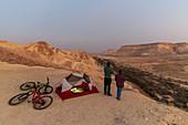 Zwei Mountainbiker mit ihrem Zelt in der Wüste Negev, Israel