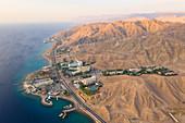 Hotelanlage und Strand von Eliat am Roten Meer von oben, Israel