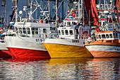 Schiffe im Hafen von Henningsvaer, Henningsvaer, Lofoten, Nordland, Norwegen