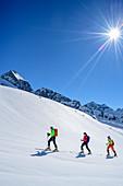 Drei Personen auf Skitour steigen zur Schneekarspitze auf, Schneekarspitze, Zillertaler Alpen, Zillertal, Tirol, Österreich