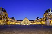Illuminated Louvre with entrance pyramid, architect: Ieoh Ming Pei, Louvre, UNESCO World Heritage Seine bank, Paris, France