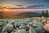 Sonnenaufgang über Felsblöcken am Gipfel des Lusen, Lusen, Nationalpark Bayerischer Wald, Bayerischer Wald, Niederbayern, Bayern, Deutschland