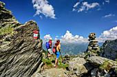 Mann und Frau beim Wandern blicken ins Zillertal, Stoamandlweg,Wimbachkopf, Zillertal, Tuxer Alpen, Tirol, Österreich