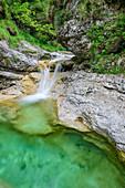 Wasserfall an den Cadini del Brenton, Valle del Mis, Nationalpark Belluneser Dolomiten, Dolomiten, UNESCO Welterbe Dolomiten, Venetien, Italien