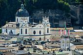 Kollegienkirche über den Dächern von Salzburg, Salzburg, Österreich