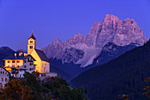 Beleuchtete Kirche von Santa Lucia vor Monte Pelmo, Santa Lucia, Dolomiten, UNESCO Welterbe Dolomiten, Venetien, Italien