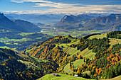 Tiefblick auf herbstliche Almwiesen und Inntal, Wandberg, Chiemgauer Alpen, Tirol, Österreich