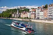 Frankreich, Rhone, Lyon, Vieux Lyon, Kreuzfahrtschiff auf der Saône und die Kirche Saint-Georges, klassifizierte historische Stätte UNESCO-Welterbe
