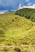 Frankreich, Puy de Dome, UNESCO Weltkulturerbe, Regionaler Naturpark der Vulkane der Auvergne, Vulkankette, Orcines, Spaziergänger am Grund des Vulkankraters Hügel Pariou, Hintergrund Puy de Dome