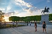 Frankreich, Herault, Montpellier, Ort von Peyrou, Petanque-Spieler in einem Park am Tag fallen mit einer Hintergrundskulptur