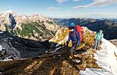 Zwei Frauen im herbstlichen Aufstieg zum Sonnjoch, Karwendel, Tirol, Österreich