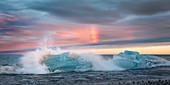 Eisberge vor der Küste Islands im Abendlich mit Regenbogen, Diamond Beach, Jökulsárlón, Island