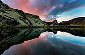 Kleiner Kratersee in Island mit Spiegelung, farbenfroher Abendhimmel, Laki, Island