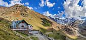 Berghütte vor hochalpiner Gebirgslandschaft, Gletschwelt, Branca Hütte, Val Forni, Lombardei, Südtirol, Italien