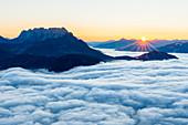 Sonnenaufgang am Wilden Kaiser mit Wolkenmeer im Inntal, Kufstein, Wilder Kaiser, Tirol, Österreich