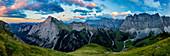 Sonnenuntergang am Mahnkopf mit Blick auf Laliderer Wände, Sonnenjoch, farbenfroher, leicht bewölkter Himmel, Karwendel, Tirol, Österreich