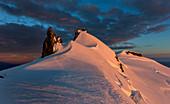 Schneebedeckter Gipfel des Snæfellsjökull im Abendlicht, Halbinsel Snæfellsnes, Island