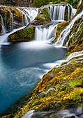 Langzeitbelichtung kleiner Wasserfälle und Bachläufe, Gjaín, Island
