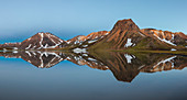 Spiegelung im See einer Bergkette im isländischen Hochland bei Landmannalaugar, Island