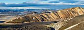 Isländische Bergkette und Lavafeld im Abendlicht, Landmannalaugar, Hochland, Island