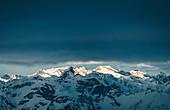 Erstes Licht über den winterlichen Stubaier Alpen, Tirol, Österreich