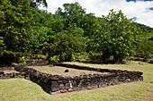 Überreste der historischen Stätte Marae Fare Hape, Tahiti, Tahiti, Französisch-Polynesien