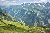 Berg Panorama im Oberallgäu. Alpine Wanderwege führen über Kuhweiden auf den Berg. \nDeutschland, Bayern, Oberallgäu