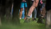 Angespannten Beine und Vaden eines Mesnchen während der Arbeit, Deutschland, Bayern, Allgäu
