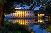 Königlicher Garten, genannt Lazienki Krolewskie, mit Palast am Wasser, Warschau, Polen, Europa